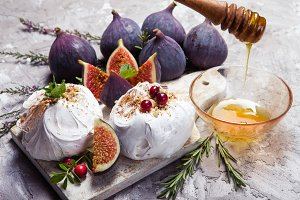 Delicious mini pavlova cake with fig