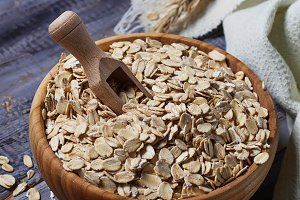 Dry oat flakes
