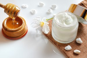 Honey moisturizer with stones top