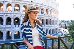 traveller woman in front of Colosseu