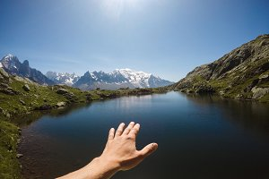 The tourist's hand over the lake