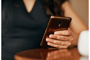 a Woman's hand with a smartphone