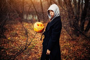 Young woman in a grey hood holding t