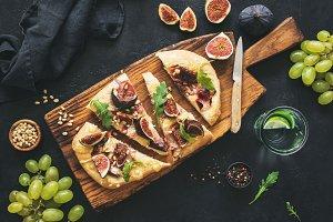 Flatbread with figs, prosciutto