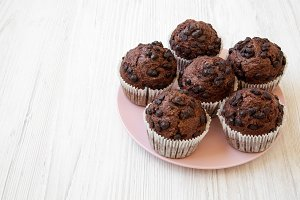 Chocolate cupcakes on pink plate