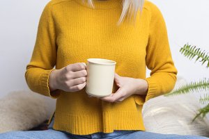 Beautiful woman with coffee cup, por