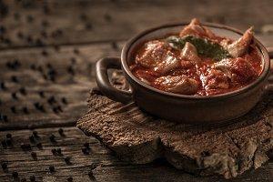 Meat and tomato served in ceramicbak