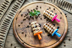 Coffee popsicles with topping