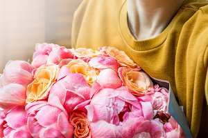 Woman is holding bunch of pink peoni