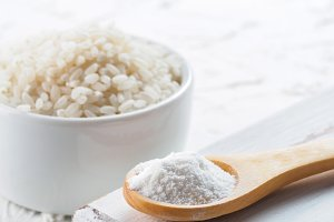 rice flour and rice grains