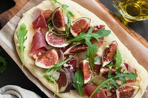Flatbread pizza with ham, figs