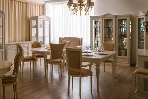 Dining room in light tones with tabl