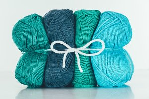 blue and green knitting yarn balls o