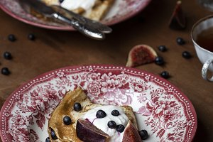 crepes with figs and sour cream