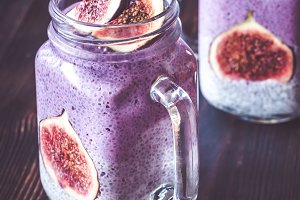 Chia seed puddings with fig slices