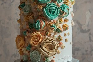 Cake decorated with Swiss meringue i