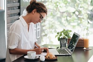 Young beautiful woman with laptop si
