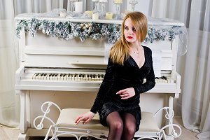 Elegante blonde girl wear on black d