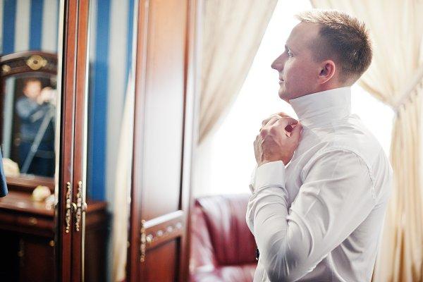 Portrait of a stunning groom dressi…