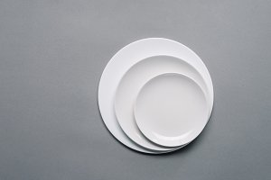White plates of different sizes on g