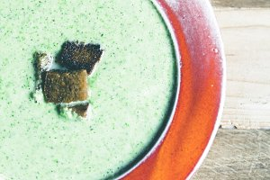 broccoli soup with roasted bread