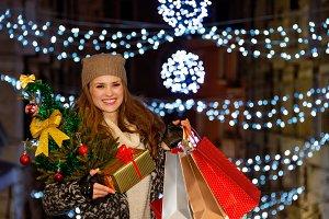 259n Woman with Christmas tree, gift