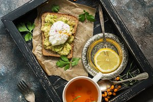 Poached egg and guacamole sauce