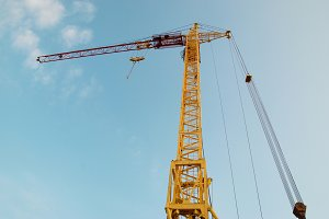 Building crane and construction