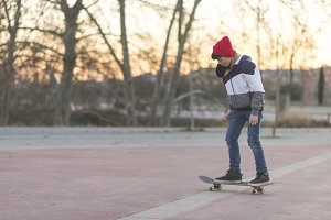Skater-teenager wearing a hat boardi