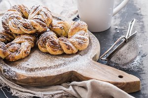 Cinnamon buns with sugar powder