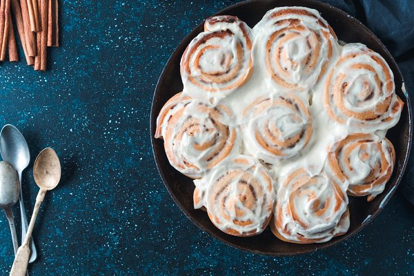 Vegan cinnamon rolls with topping