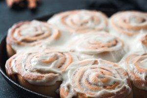 Vegan cinnamon rolls with topping