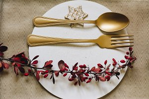 Holiday Gold place setting, white pl