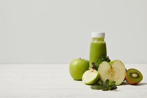 green detox smoothie with apples, ki