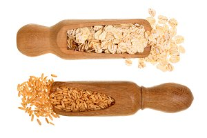 oat grains and oat flakes in wooden