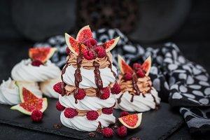 Delicious Pavlova meringue cakes dec