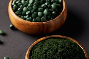 wooden bowls with ground spirulina a