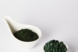 spirulina powder and spirulina pills