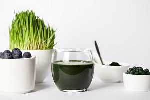 spirulina smoothie, spoon, cups with