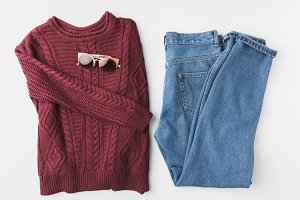 knitted sweater, jeans and sunglasse