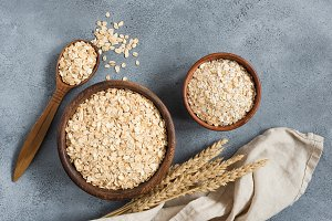 Rolled oats and oat flakes in a bowl