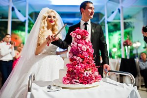 Wedding couple with sweet wedding ca