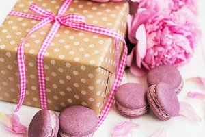 pink macaroons with peonies and gift