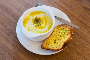 Corn soup with garlic bread