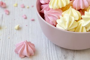 Mni meringues in a pink bowl