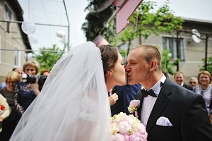 Kissing newlyweds on first meeting a