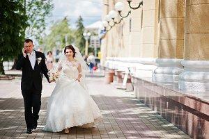 Walking wedding couple. Groom speeki