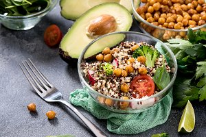 Quinoa salad with chickpeas, spinach