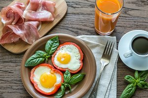 Fried eggs with prosciutto
