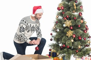 man in sweater ad santa claus hat de